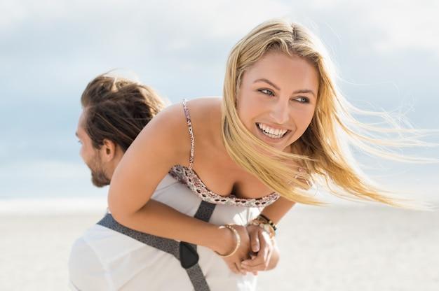 Portret szczęśliwej pary młodych korzystających na świeżym powietrzu