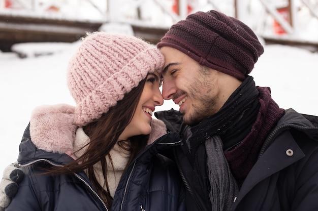 Portret szczęśliwej pary młodych korzystających z dnia w mroźnej zimie