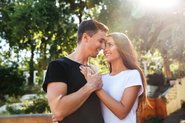 Portret szczęśliwej pary młodych w miłości