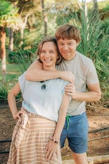 Portret szczęśliwej pary pozujących razem na zewnątrz
