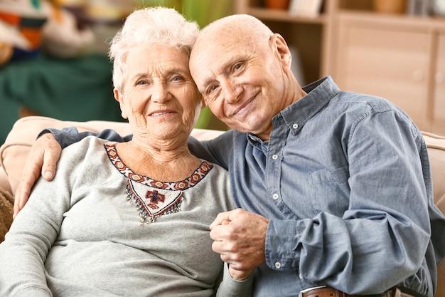 Portret szczęśliwej pary starszych w domu
