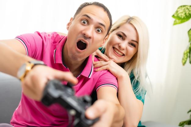 Portret szczęśliwej podekscytowanej rodziny grającej w gry wideo