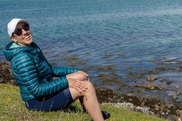 Portret szczęśliwej podróżniczki uśmiecha się na plaży