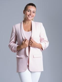 Portret szczęśliwej przyjaznej uśmiechniętej kobiety nad bielem