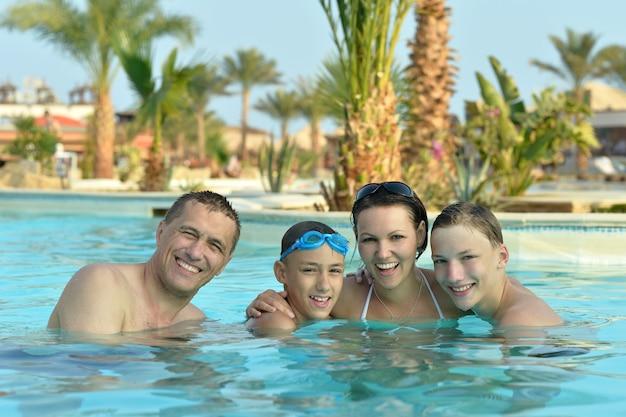 Portret szczęśliwej rodziny bawiącej się w basenie