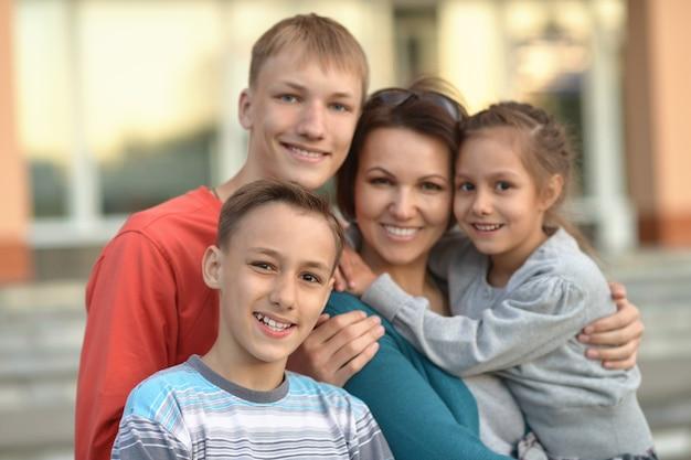 Portret szczęśliwej rodziny bawiącej się w mieście