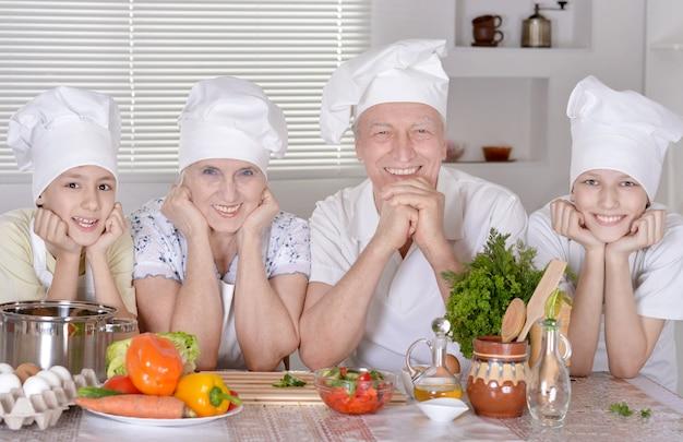 Portret szczęśliwej rodziny gotującej razem z wnukami
