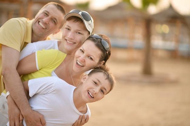 Portret szczęśliwej rodziny latem