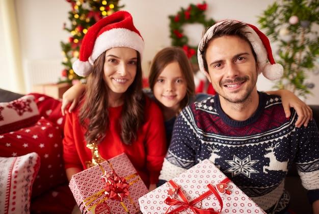 Portret szczęśliwej rodziny na boże narodzenie