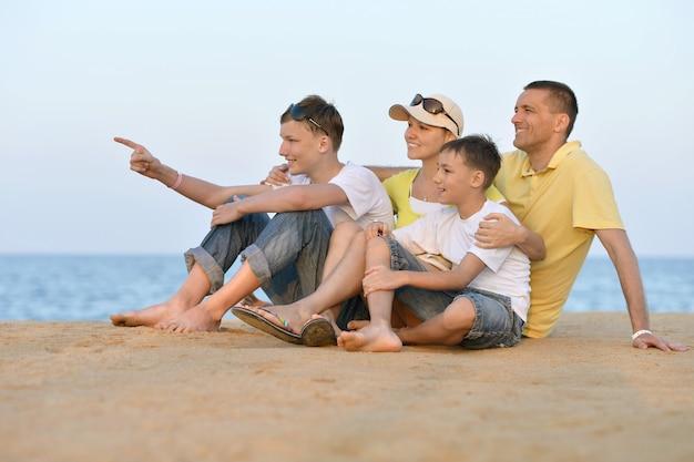 Portret szczęśliwej rodziny na plaży latem