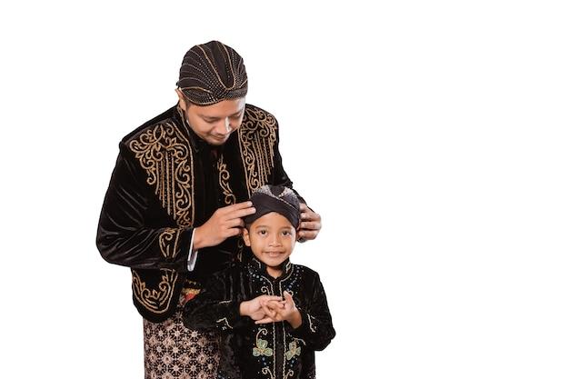 Portret szczęśliwej rodziny na sobie tradycyjne jawajskie ubrania