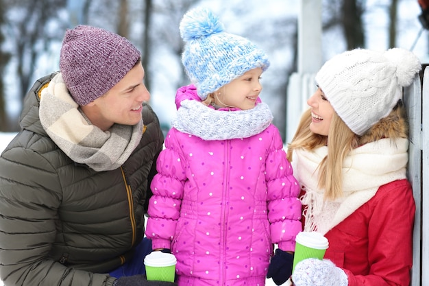 Portret szczęśliwej rodziny na zewnątrz w zimowy dzień
