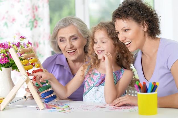 Portret szczęśliwej rodziny odrabiającej lekcje w domu