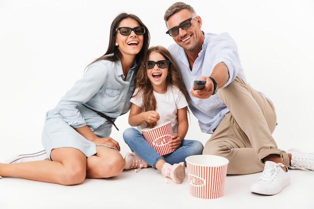 Portret szczęśliwej rodziny podczas oglądania filmu