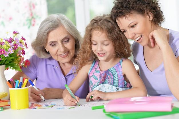 Portret szczęśliwej rodziny rysującej w domu