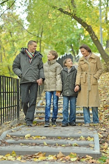 Portret szczęśliwej rodziny spacerującej po parku