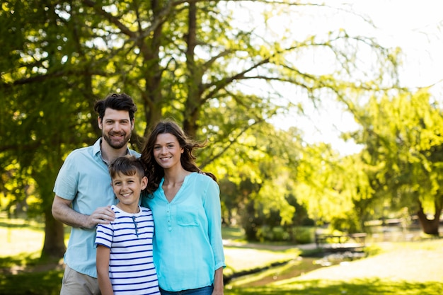 Portret szczęśliwej rodziny stojącej w parku