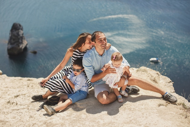 Portret szczęśliwej rodziny w górach. pojęcie rodziny. rodzinna wycieczka.