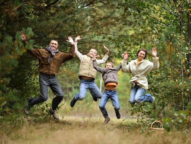 Portret szczęśliwej rodziny w jesiennym lesie