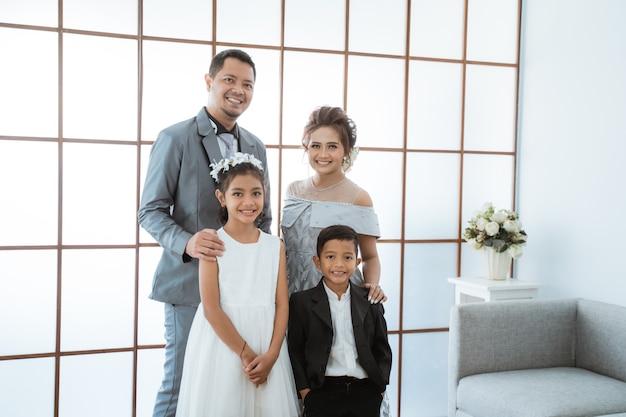 Portret szczęśliwej rodziny w nowoczesne ubrania
