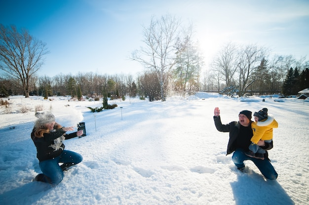 Portret szczęśliwej rodziny w winter park