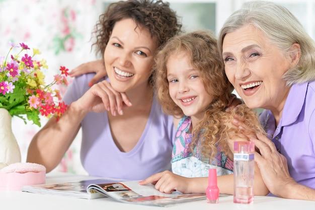 Portret szczęśliwej rodziny z lakierem do paznokci w domu