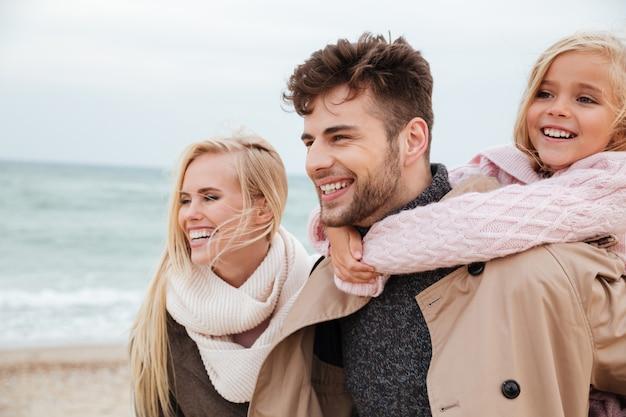 Portret szczęśliwej rodziny z małą córeczką