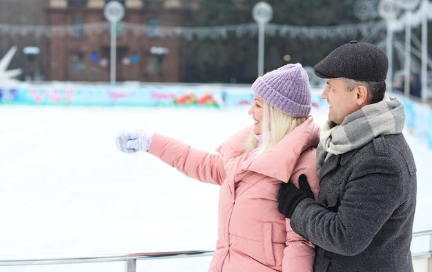 Portret szczęśliwej starszej pary na zewnątrz w zimowy dzień