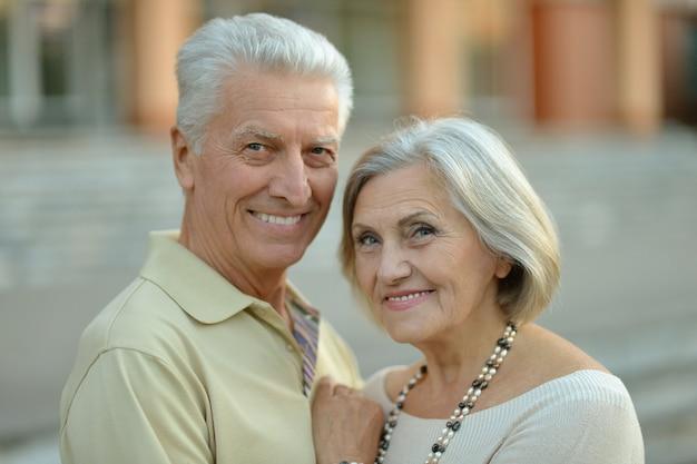 Portret szczęśliwej starszej pary w mieście