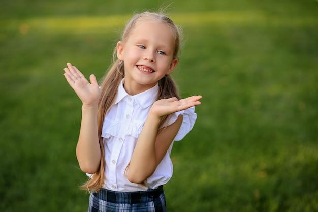 Portret szczęśliwej uczennicy pierwszej równiarki