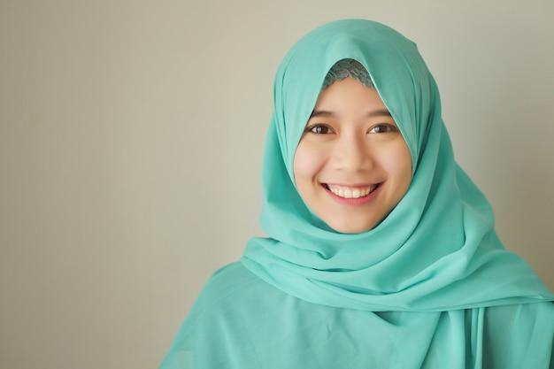 Portret szczęśliwej uśmiechniętej azjatyckiej kobiety muzułmańskiej