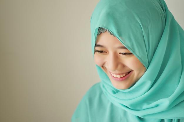 Portret Szczęśliwej Uśmiechniętej Azjatyckiej Kobiety Muzułmańskiej Premium Zdjęcia