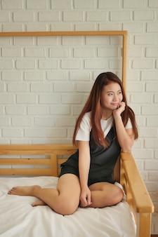 Portret szczęśliwej uśmiechniętej azjatyckiej kobiety