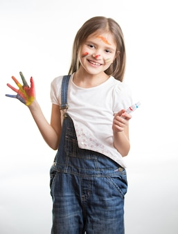 Portret szczęśliwej uśmiechniętej dziewczyny z pomalowanymi rękami i twarzą na białym tle