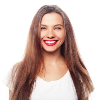 Portret szczęśliwej uśmiechniętej młodej pięknej kobiety, odizolowanej na białym tle