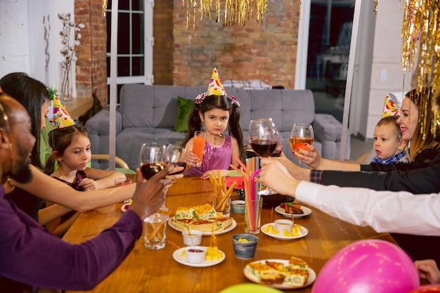 Portret szczęśliwej wieloetnicznej rodziny obchodzi urodziny w domu