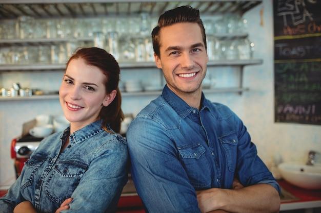 Portret szczęśliwi baristas przy kawiarnia domem