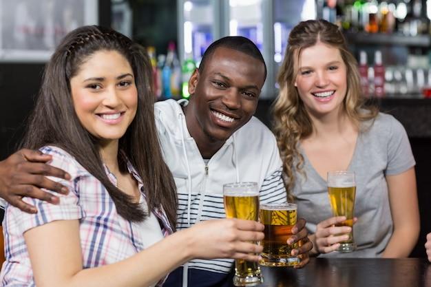 Portret szczęśliwi przyjaciele ma napój