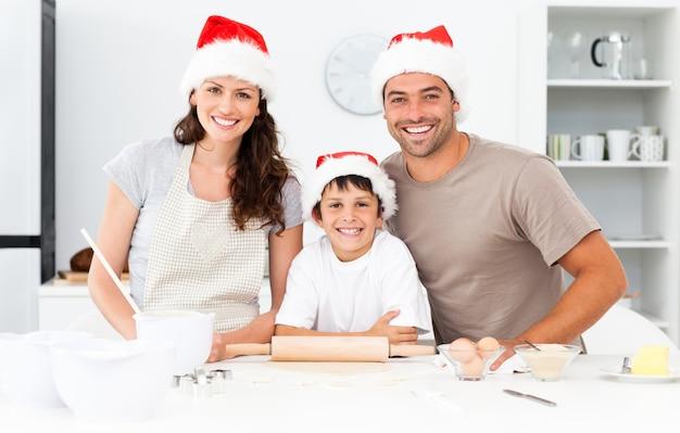 Portret szczęśliwi rodzinni narządzań bożych narodzeń ciastka