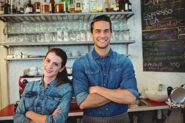 Portret szczęśliwi współpracownicy przy bufetem