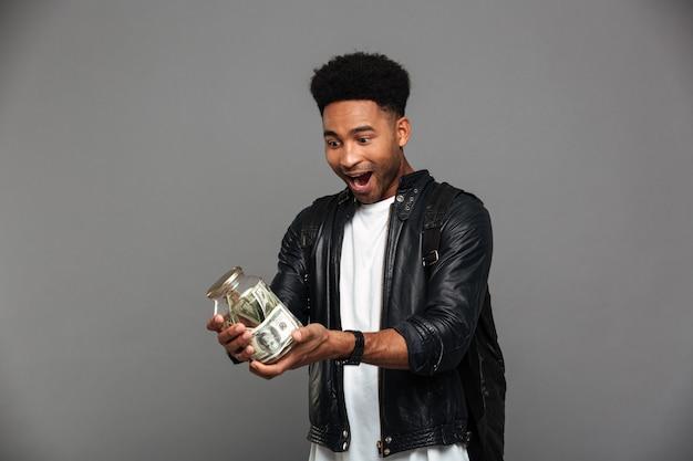 Portret szczęśliwy afro amerykański mężczyzna w skórzanej kurtce