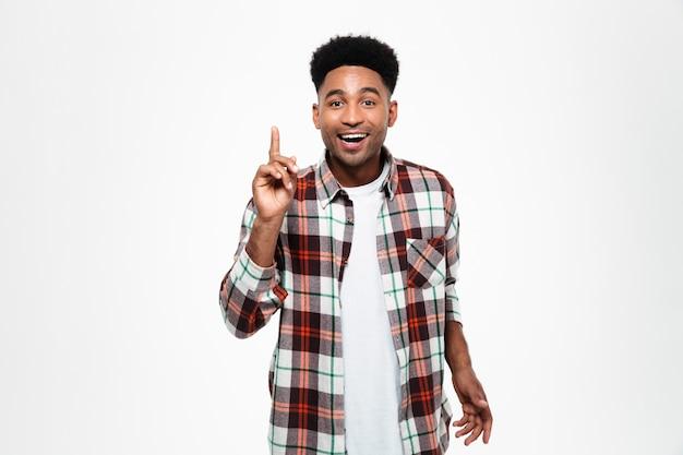 Portret szczęśliwy afrykański mężczyzna ubrany w kraciastą koszulę