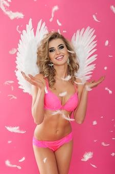Portret szczęśliwy anioł słodki i seksowny