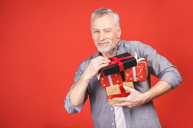 Portret, szczęśliwy, bardzo podekscytowany starszy mężczyzna, otworzył, rozpakował pudełka, odizolował, ciesząc się prezentem. pozytywne ludzkie emocje, mimika, nastawienie, reakcja.