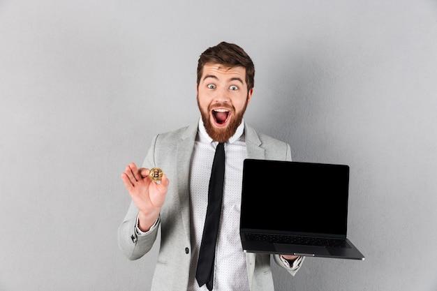 Portret szczęśliwy biznesmen posiadania bitcoin