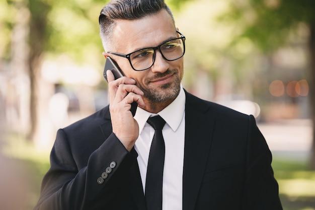 Portret szczęśliwy biznesmen ubrany w garnitur