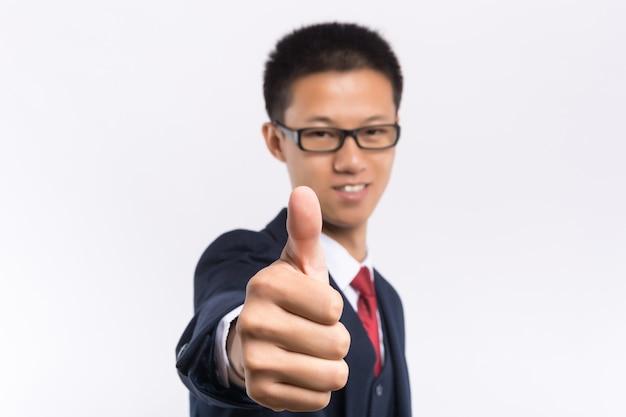 Portret szczęśliwy biznesmen wskazuje palec daleko od w eyeglasses