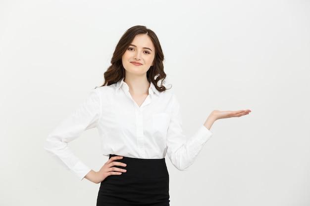 Portret szczęśliwy bizneswoman pokazuje i przedstawia kopię przestrzeni w garniturze odizolowywającym