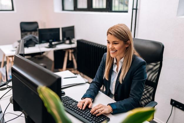 Portret szczęśliwy bizneswoman pracuje w biurze.