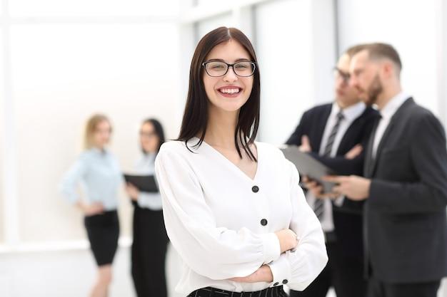 Portret szczęśliwy bizneswoman stojący w biurze w holu. zdjęcie z miejscem na kopię